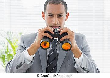 portrait, de, a, confiant, homme affaires, à, jumelles