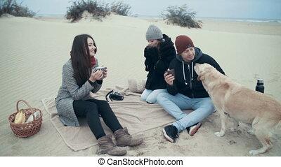 portrait, de, a, famille heureuse, à, a, picnic.