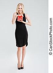 portrait, de, a, femme souriante, dans, robe noire, tenue, cadeau