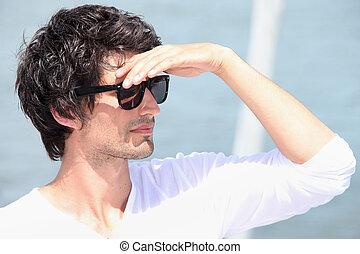 portrait, de, a, homme, à, lunettes soleil