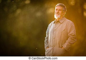 portrait, de, a, homme aîné, dehors, marche, dans, a, parc