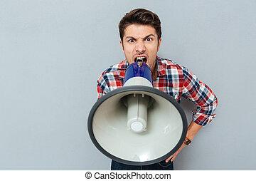 portrait, de, a, homme, crier, dans, porte voix