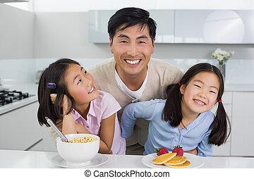mignon ensemble leur parents maison fr res soeurs photos de stock rechercher des. Black Bedroom Furniture Sets. Home Design Ideas