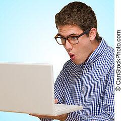 portrait, de, a, jeune homme, tenue, ordinateur portable