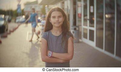 portrait, de, a, petite fille, dans ville, foule, marche,...