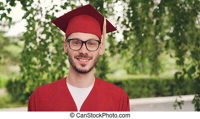 portrait, de, barbu, jeune homme, recevoir diplôme,...