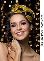 portrait, de, beau, jeune, femme souriante, porter, doré, masque partie