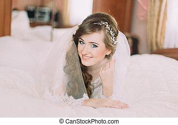 portrait, de, beau, mariée, dans, voile, à, bouclé, coiffure, coucher lit