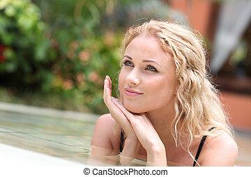 portrait, de, belle femme, dans, piscine