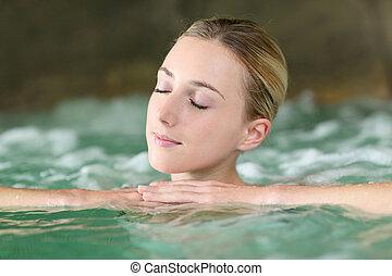 portrait, de, belle femme, dans, spa, eau