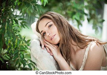 portrait, de, belle femme, mannequin, délassant, dans, feuilles vertes