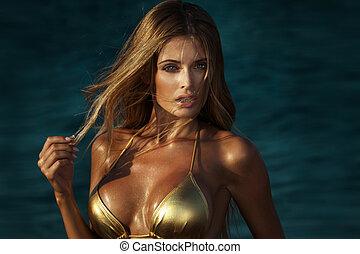 portrait, de, blond, femme, dans, or, bikini.