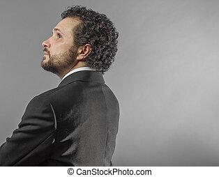 portrait, de, confiance, et, success., portrait, de, beau, homme mûr, dans, chemise cravate, garder, bras croisés, et, regarder appareil-photo, quoique, debout, contre, gris, fond