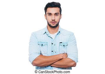 portrait, de, confidence., confiant, jeune, indien, homme, garder, bras croisés, et, regarder appareil-photo, quoique, debout, contre, fond blanc