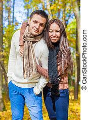 portrait, de, couple heureux, amoureux, sur, automne, ensoleillé, diminuez jour