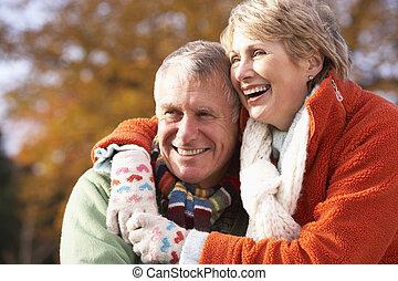 portrait, de, couples aînés, étreindre