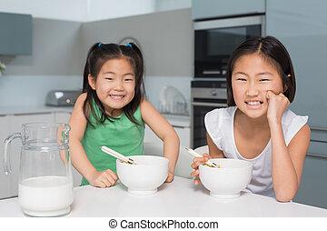 femme fourgon s ance jeunes filles dos deux sourire. Black Bedroom Furniture Sets. Home Design Ideas