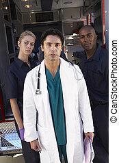 portrait, de, docteur, à, deux, infirmiers, devant, ambulance