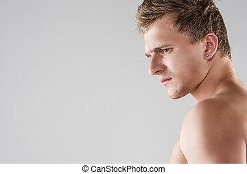 portrait, de, fâché, regarder, beau, caucasien, homme, à, dénudée, torso., poser, contre, arrière-plan gris
