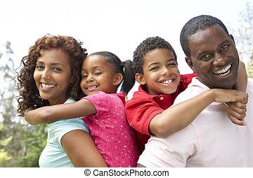 portrait, de, famille heureuse, dans parc