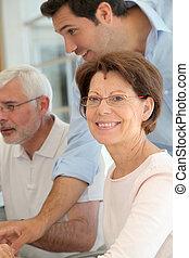 portrait, de, femme aînée, assister, calculer, formation