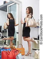 portrait, de, femme, garder, haute chaussure gîtée, dans, centre commercial