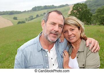 portrait, de, heureux, couples aînés, dans, campagne