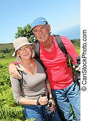 portrait, de, heureux, couples aînés, randonnée, dans, naturel, paysage