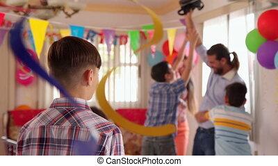 portrait, de, heureux, enfant hispanique, sourire, à, fêtede l'anniversaire