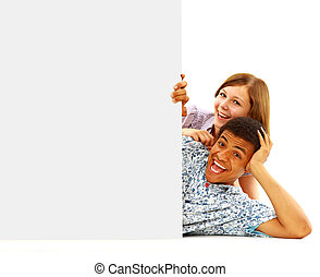 portrait, de, heureux, hommes femmes, debout, à, a, panneau affichage, contre, fond blanc