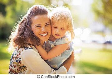 portrait, de, heureux, mère bébé, girl, étreindre