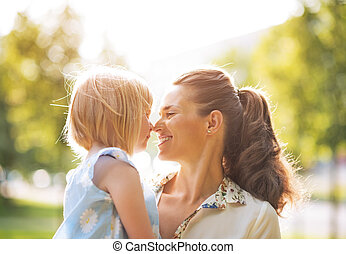 portrait, de, heureux, mère bébé, girl, dehors