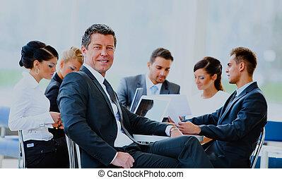 portrait, de, jeune, beau, homme affaires, dans, bureau, à, collègues, dans, les, arrière-plan.