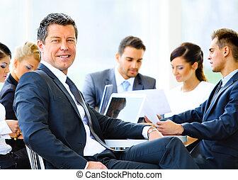 portrait, de, jeune, beau, homme affaires, dans, bureau, à, collègues, dans, les, fond