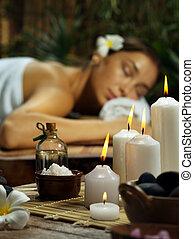 portrait, de, jeune, belle femme, dans, spa, environment., concentré, sur, bougies