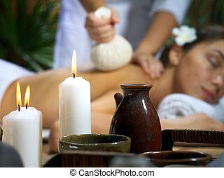 portrait, de, jeune, belle femme, dans, spa, environment., concentré, sur, candles.
