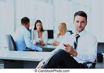 portrait, de, jeune, homme affaires, dans, bureau, à, collègues, dans, les, fond