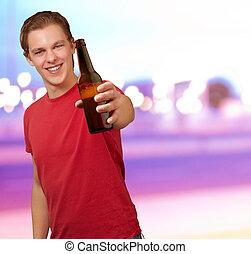 portrait, de, jeune homme, tenue, bière, contre, a, résumé, fond