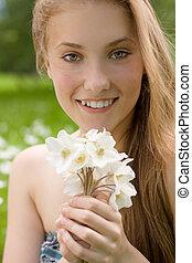 portrait, de, joli, adolescente, à, fleurs blanches, dans parc