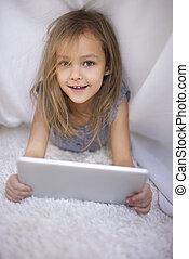 portrait, de, mignon, girl, tenue, a, tablette numérique