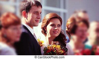 portrait, de, nouveau marié, couple, amusant, à, invités, demoiselles honneur, et, groomsmen, dans, vert, ensoleillé, park., 1920x1080