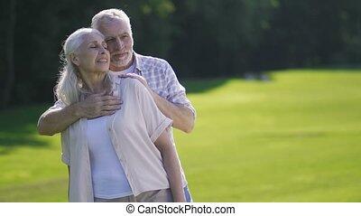 portrait, de, passionné, couples aînés, sur, pelouse verte