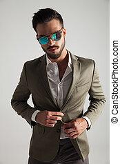 portrait, de, sexy, homme, à, lunettes soleil, et, procès vert