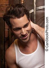 portrait, de, sexy, homme, dans, blanc, t-shirt., sourire, et, regarder loin