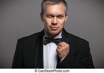 portrait, de, sexy, homme, dans, costume noir, et, nœud papillon