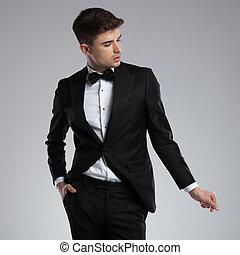 portrait, de, sexy, homme, habillé, formellement, casser net, sien, doigts