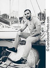 portrait, de, sexy, séance homme, sur, jetée, à, port, à, yachts