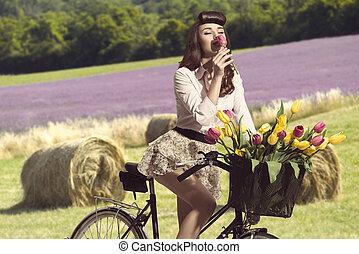 portrait, de, vendange, épingle-augmentez, girl, séance, sur, vélo, à, quelques-uns, coloré, tulipes, dans, les, panier, renifler, une, fleur rose, extérieur, rural, vue