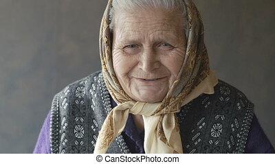 portrait, de, vieux, ridé, femme souriant, appareil-photo