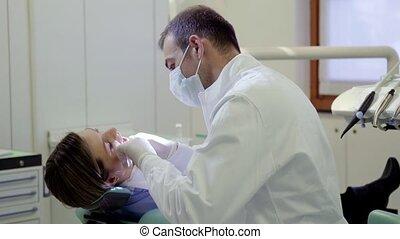 portrait, dentiste, sourire heureux
